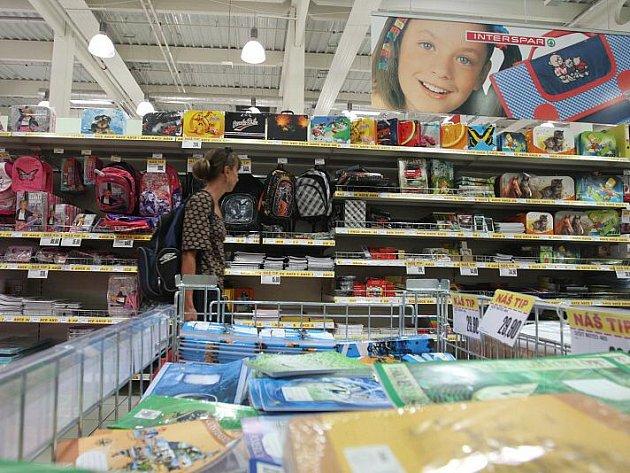 Největší nápor nákupu školních potřeb se očekává poslední týden v srpnu a první týden v září. Lidé zatím nejvíce kupují sortiment spojený s oblíbenými postavami z filmu a televize.
