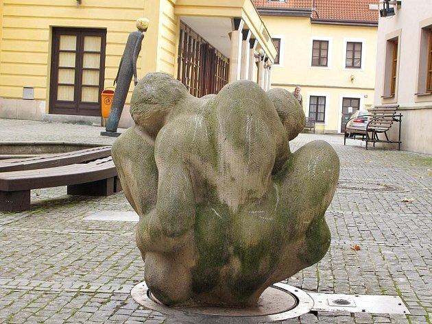 Pískovcová skulptura Jaroslava Kolomazníka nazvaná Milenci.