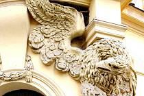 Orlí socha na hradecké okresní knihovně v Tomkově ulici.