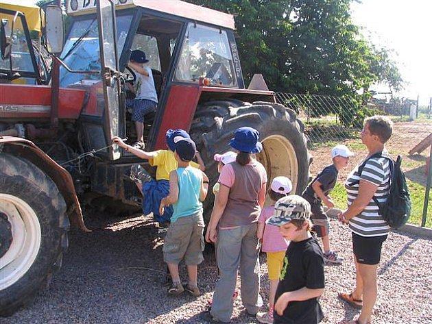 Žáci 1. a 2. třídy ZŠ Svobodné Dvory na výletě výlet na Smetanivě statku při novém projektu.