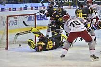 GÓL. Hradecký kapitán Radek Smoleňák právě překonal litvínovského brankáře Denise Godlu. Mountfield zápas vyhrál 4:3.