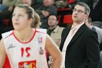 Basketbal Sokol Hradec Králové : ZVVZ USK Praha, trenér Sokola Hradec Králové - Miroslav Volejník