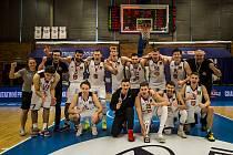 Hradec Králové (v bílém) vs. Pardubice 92:90. Královští sokoli mohli ihned po skončení duelu o bronz slavit.