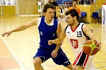 Basketbalisté hradeckého Sokola v akci.