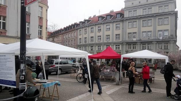 Darovací trhy na královéhradeckém Baťkově náměstí.