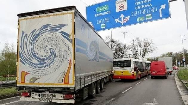 Srážka kamionu s trolejbusem MHD v ulici Brněnská v Hradci Králové.