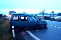 Střet dvou osobních vozidel na dálničním přivaděči mezi Chlumcem nad Cidlinou a Levínem.