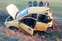 Osobní automobil po dopravní nehodě na silnici I/11 v místě křižovatky Kosičky - Káranice ve směru na Hradec Králové.