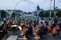 Filharmonie Hradec Králové během vystoupení pod širým nebem v rámci Nábřeží sochařů.