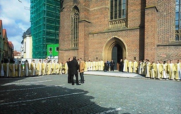 Hradecký sbor Boni pueri čeká na prezidenta před katedrálou sv. Ducha