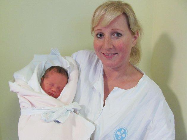 KAROLÍNKA HLOUŠKOVÁ  se narodila 5.12.  v 8,15   hodin s váhou 3380 g a délkou 52 cm rodičům Michaele Pírkové a Robertu Hlouškovi z Holic, doma se těšila  sestra Lucinka.