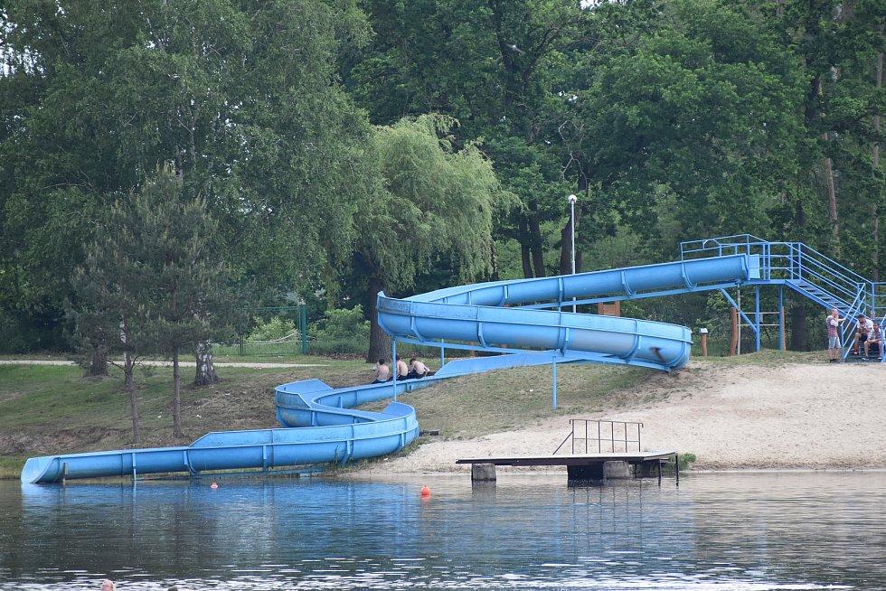 Plné parkoviště bylo u i areálu Stříbrného rybníka. Většina lidí ale zvolila jinou zábavu než koupání ve studené vodě.