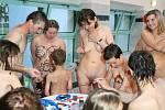 Nudistické čarodějnice v akvacentru HK.