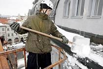 Obleva vyburcovala majitele mnoha domů k akci, odklízení těžkého sněhu ze střech domů.