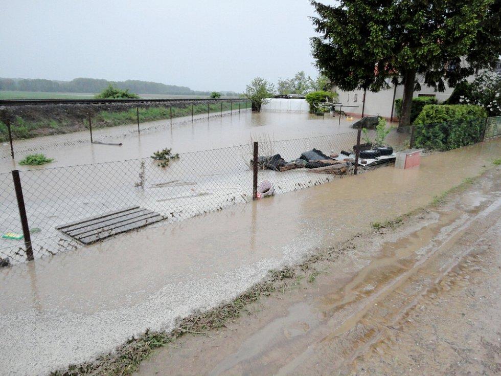 Voda po přívalovém dešti v Sověticích na Hradecku.