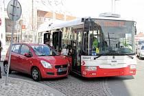 Střet osobního automobilu s trolejbusem MHD před hlavním nádražím v Hradci Králové.