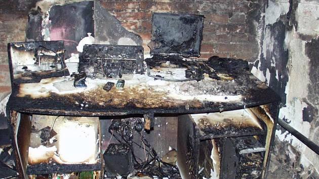 Požár rodinného domu zřejmě způsobila zapomenutá hořící svíčka.