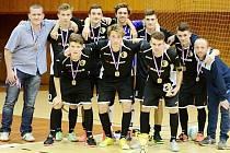 Futsalisté hradeckého Madosu (U17) se stříbrnými medailemi.