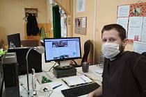 Sociální pracovník Václav Chytil při online komunikaci s dospívajícími klienty.