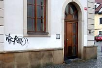 Sprejerem poškozený dům v historické části Hradce Králové.
