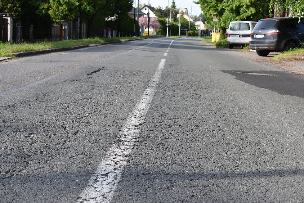 Dalším problém Pouchovské ulice je neutěšený stav místní silnice. I proto je hluk projíždějících kamionů extrémní.