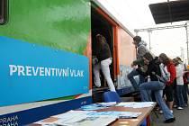 Preventivní vlak s ukázkami bezpečného chování na železnici a přejezdech zajel i do krajského města