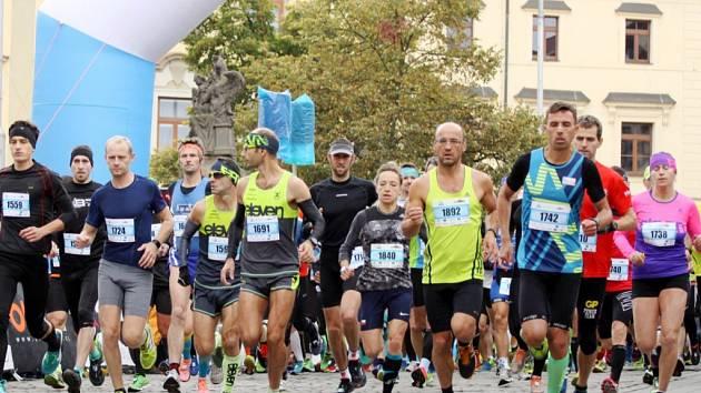 Popularita hradeckého maratonu a půlmaratonu roste, svědčí o tom počet běžců.