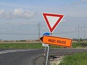 Rozbitá silnice ve Výravě.