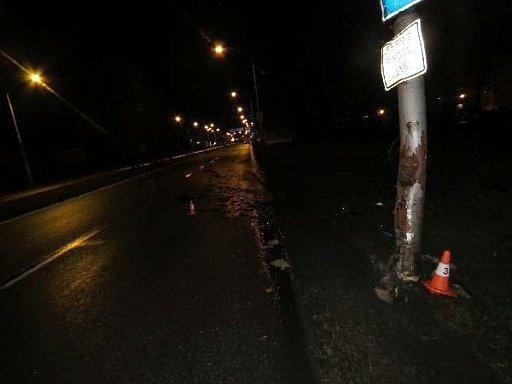 Poškozený sloup veřejného osvětlení.