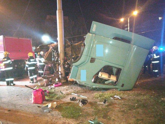 Dopravní nehoda osobního a nákladního automobilu v hradecké křižovatce Mileta.