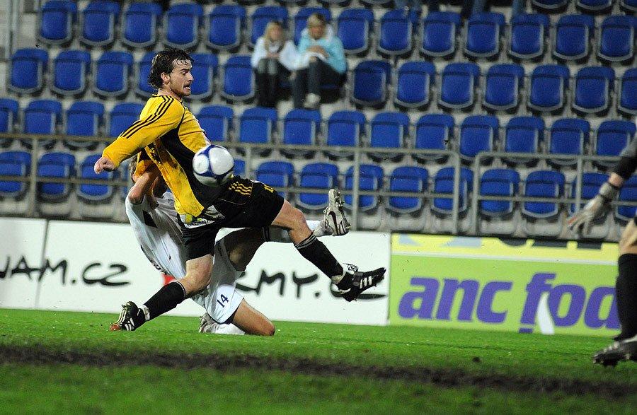 V sobotu 8. listopadu se v druholigovém utkání střelo na domácím hřišti 1 FC Slovácko a FC Hradec Králové (žlutočerné dresy).