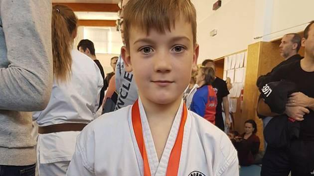 Na novoročním turnaji v karate soutěžili žáci i senioři.