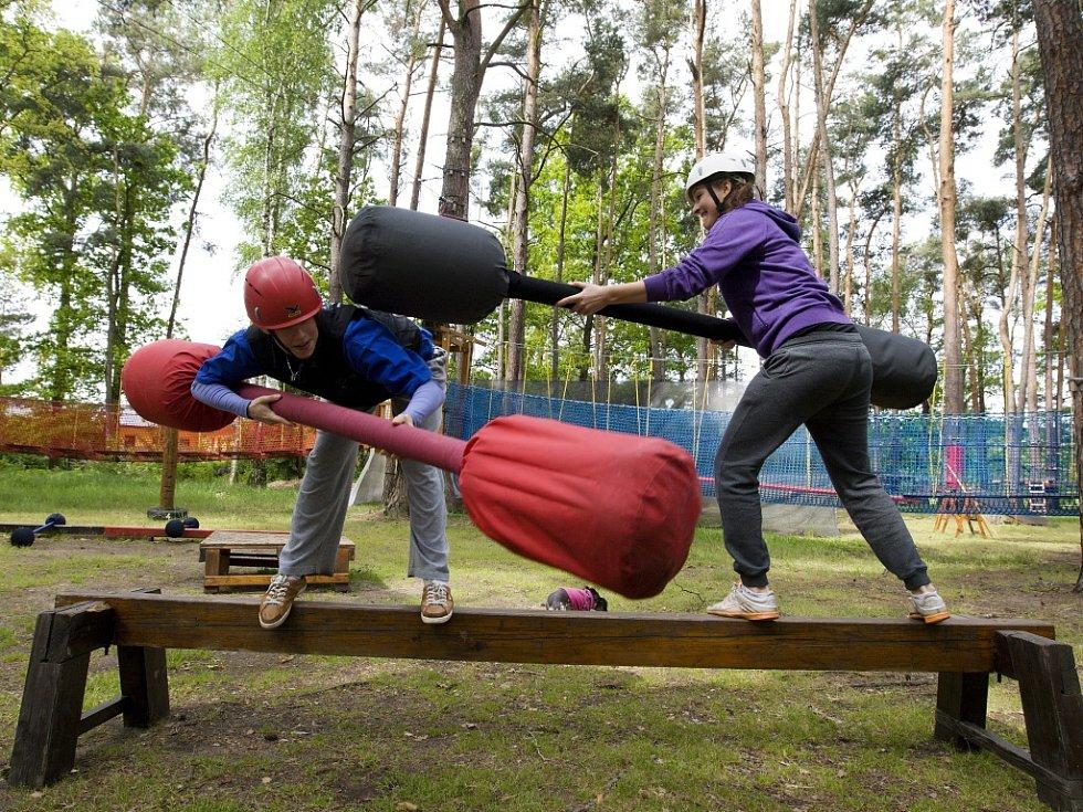 Outdoorové aktivity v areálu kempu na Stříbrném rybníku v Hradci Králové.