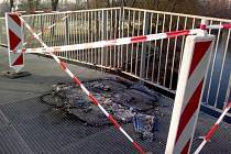 Požárem poškozená lávka přes řeku Orlici v Hradci Králové.