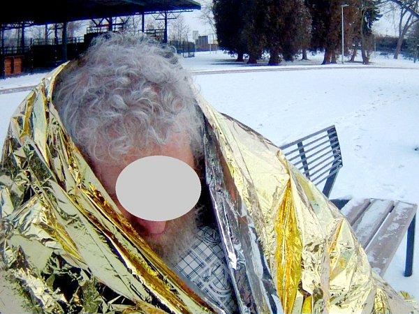 Podchlazený muž na lavičce vhradeckých Šimkových sadech.