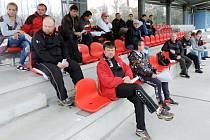 Účastníci semináře fotbalových trenérů na tribuně stadionu Slavie Hradec Králové v Orlické kotlině.