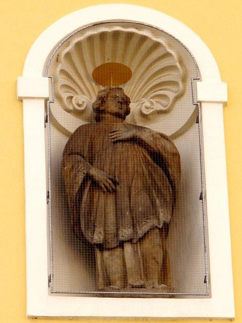 Socha svatého Stanislava zprůčelí jezuitského kostela Nanebevzetí panny Marie na hradeckém Velkém náměstí.
