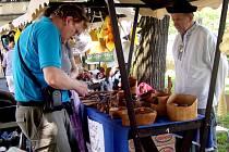 Dřevěné výrobky z jedlových pařezů od slovenského tvůrce Rudolfa Gontka šly na dračku.