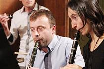 Učitelé z německých Drážďan společně s kolegy ze ZUŠ Střezina během koncertu v královéhradecké Městské hudební síni.