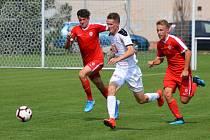 Záložník třetiligové rezervy Hradce Králové Marek Kejř (v bílem) prošel na východě Čech mládeží. Teď je rád, že si ve třetí lize může zvykat na dospělý fotbal.