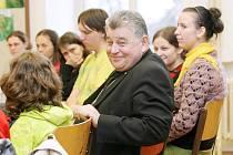 Na diecézním setkání se mládež z východních Čech rozloučila s biskupem Dominikem Dukou