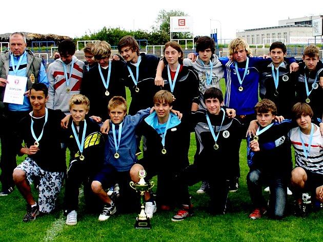 Výběr Královéhradeckého KFS U14 si zajistil triumf na finálovém turnaji Mezikrajské soutěže v Přibyslavicích již po dvou zápasech, v posledním duelu si mohl dovolit prohrát.
