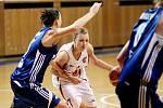 Basketbal žen: Hradecké Lvice x BK CCA Strakonice  - Bartáková Lenka a Náhunková Kateřina.
