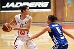 Basketbal žen: Hradecké Lvice x BK CCA Strakonice  - Bartáková Lenka a Johnová Darina.