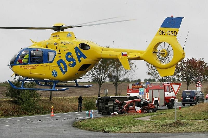 U Všestar na Hradecku došlo 15. října ke kolizi tří osobních vozů. Nehoda si vyžádala dva lidské životy.