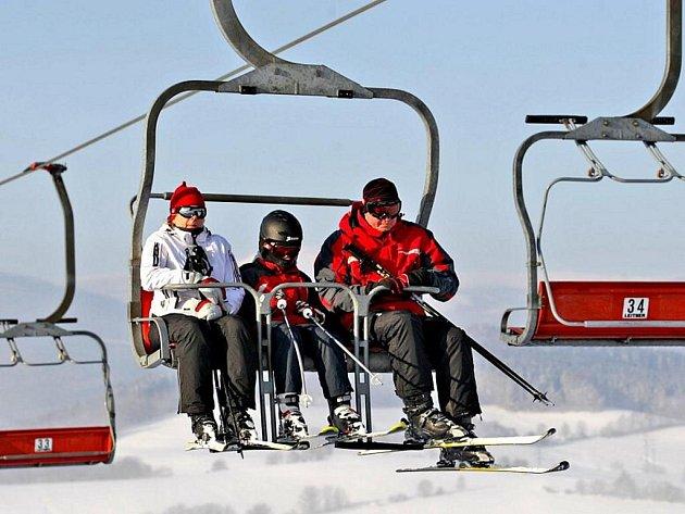 Milovníci zimních sportů si na sněhové pokrývce užívají.