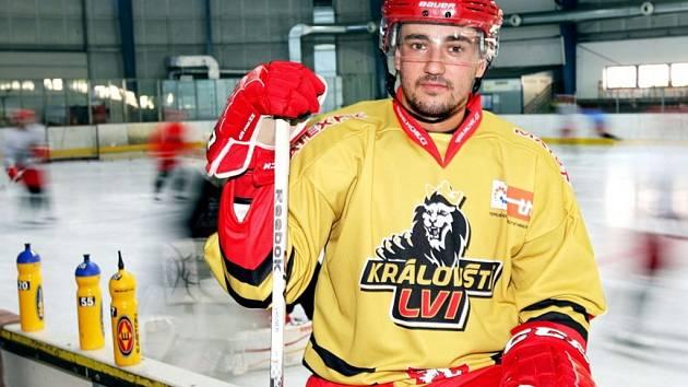 Martin Vágner představuje jednu z barevných kombinací nových dresů Královských lvů.