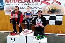 Členové třebechovického kroužku RC auta při závodech v Rychnově nad Kněžnou (uprostřed Petr Sibeke).