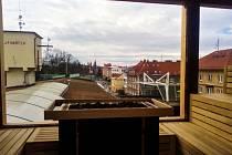Střecha továrny v srdci města ukrývá saunové centrum. Při saunování si lidé užijí i pohled na město.