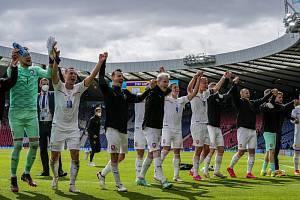 Čeští fotbalisté s fanoušky slaví výhru nad Skotskem.